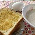 豐盛的早餐~奶油香蒜土司+牛奶麥片+水煮蛋