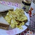 豐盛的早餐~藍莓果醬土司+炒蛋+咖啡