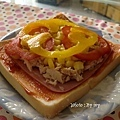 豐盛的早餐~火腿鮪魚紅黃椒焗烤土司+白柚優格+咖啡