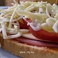 豐盛的早餐~火腿起司紅椒焗烤土司+香柚優格+卡布其諾