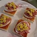豐盛的早餐 ~ 迷你披薩 + 香柚優格 + 牛奶燕麥片