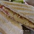 豐盛的早餐~火腿起司三明治+零脂肪優格+水果+咖啡