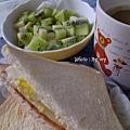 豐盛的早餐~起司蛋土司+奇異果優格+咖啡