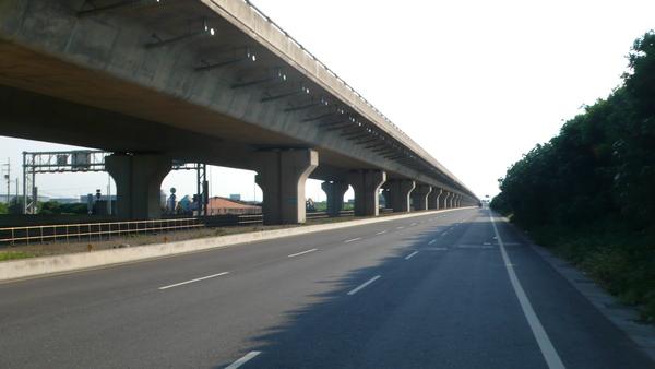 台61的高架橋及側車道