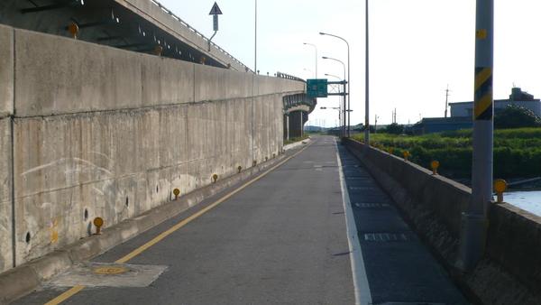 匝道旁的側車道,不注意看還真有點像機慢車道