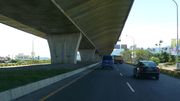 橋下的側車道