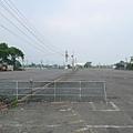 如果沒有剛剛的招牌,還以為這是一座荒廢的停車場