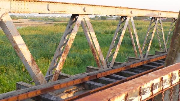 班駁的橋身,說明了它的年齡
