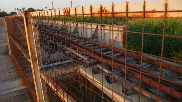 看著空蕩蕩的鐵橋,想像著早期小火車奔馳的情景...