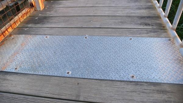 疑似為伸縮縫的鐵板