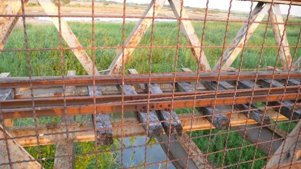 鐵路上仍留有些許的木樑