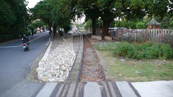 在鐵路上堆石頭再也不是兒時的夢...