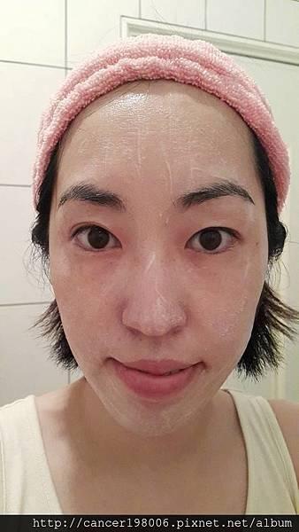 均勻的塗抹在臉上,按摩時可以感覺到顆粒,有去角質的功效。