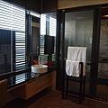 浴室+泡湯的範圍差不多跟房間客廳一樣大了