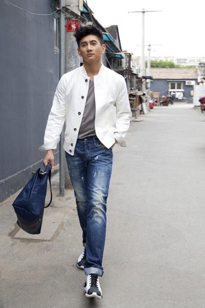 台灣男星吳奇隆手執Longchamp-LE-PLIAGE-CUIR-海軍藍小羊皮摺疊包_4x6.jpg