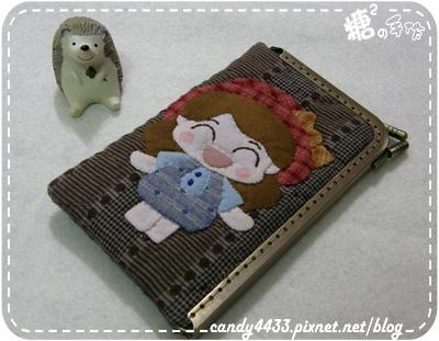 微笑女孩與兔兔的遊樂時光L型口金手機包