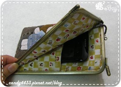 微笑女孩與兔兔的遊樂時光L型口金手機包3