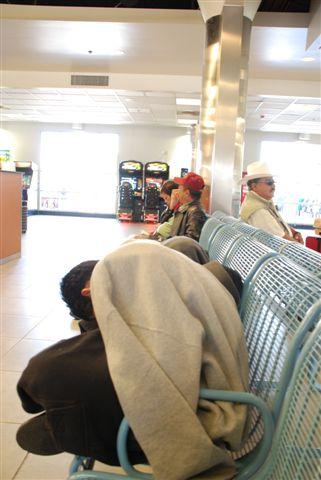 灰狗巴士站裡的阿祕哥倒頭等巴士
