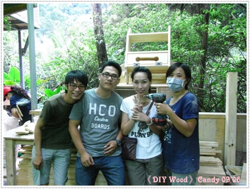 木工老師楊淑娟就是手拿線踞戴口罩的啦 !