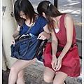 我們倆今天的服裝跟包包顏色都混在一起了ㄟ.jpg