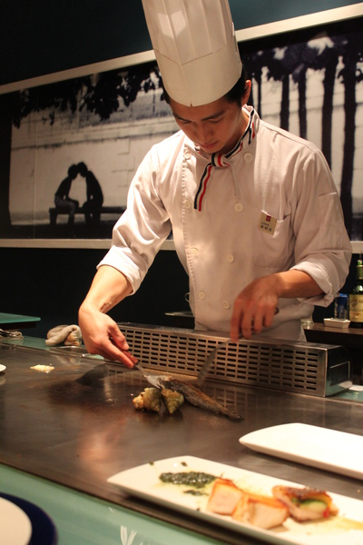 為我們服務的主廚(長得蠻斯文~笑容靦腆~和客人互動挺好的~會詳細解說用餐&食材料理方式)