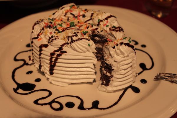 看起來普普的生日蛋糕!口感竟讓我嗑掉1/2(體重應該也增加了>.<)