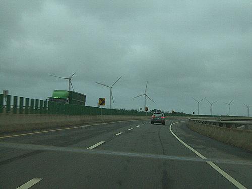 延路漂亮的電力發電風車
