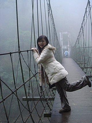 ㄚ~~快來救我ㄚ,我最怕走吊橋啦