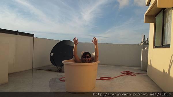 瘋狂的魚在頂樓泡澡 (1).JPG