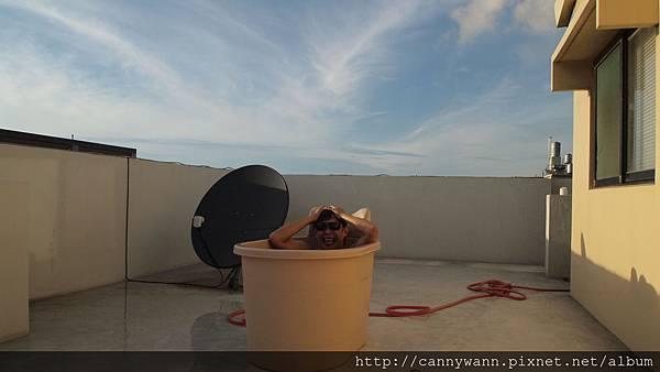 瘋狂的魚在頂樓泡澡 (2).JPG