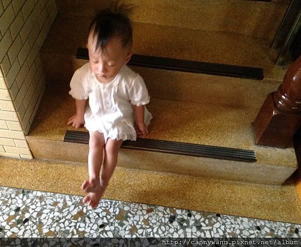 雪莉把腳腳伸直直的 (1)