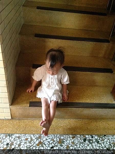 雪莉把腳腳伸直直的 (3)