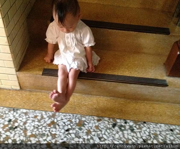 雪莉把腳腳伸直直的 (2)