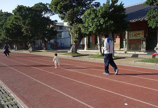 到學校操場玩 (1)