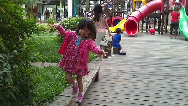 雪莉玩平衡木