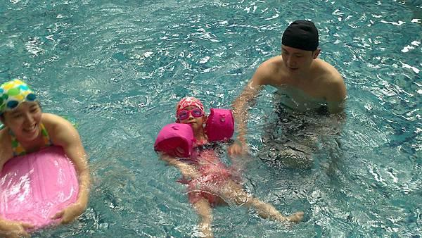 歡樂泳池~雪莉&小波妞 (13)