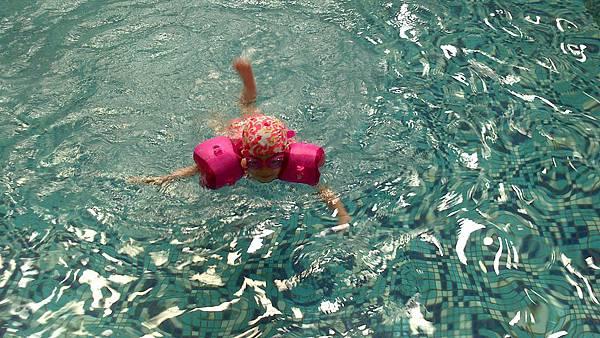 歡樂泳池~雪莉&小波妞 (9)