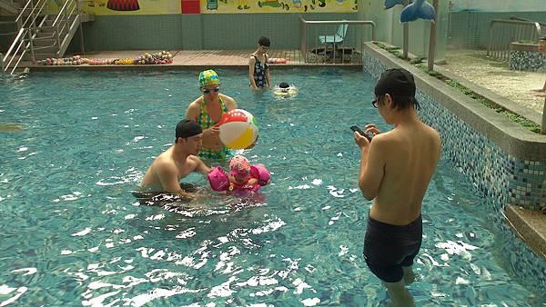 歡樂泳池~雪莉&小波妞 (1)
