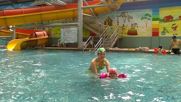 歡樂泳池~雪莉&小波妞 (8)