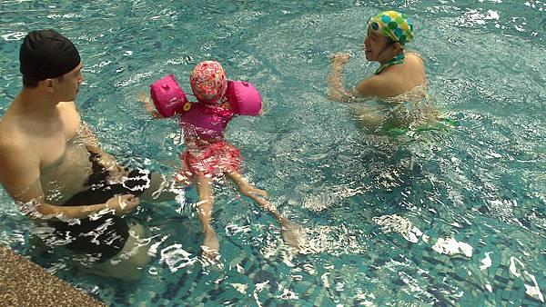 歡樂泳池~雪莉&小波妞 (7)