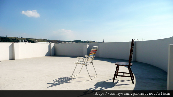 頂樓的海灘椅~曬太陽看山看雲...