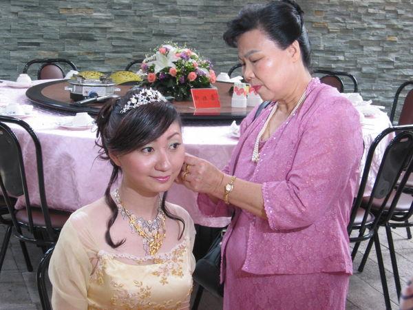 婆婆幫媳婦戴耳環