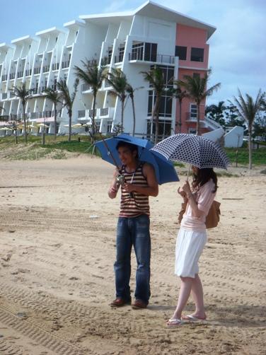 阿那答,多釣一些喔。好,傘遮好,別被人看到啦。