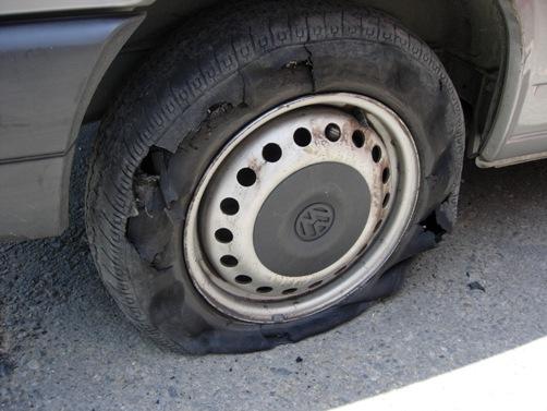 沒想到半路上~導演!我們破一...個輪胎......