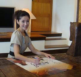 千繪在墾丁替香港媒體簽海報