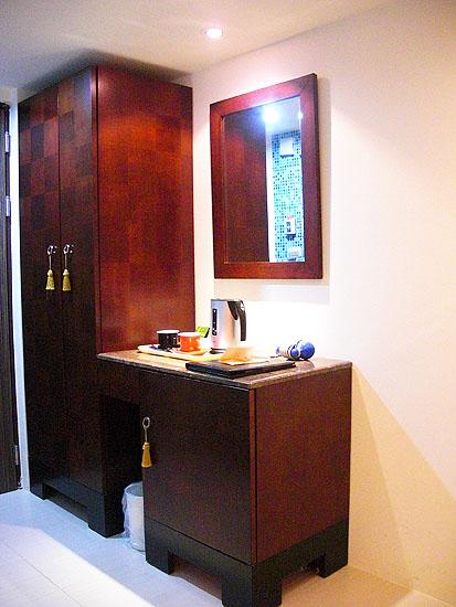 文華道會館房內的衣櫃及梳妝鏡