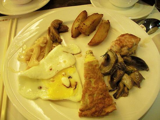 咖哩薯塊、雞肉漢堡排、奶焗菇、鹹的煎蛋糕、煎蛋、玉筍、麵筋