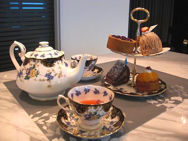 吃得很撐的華麗下午茶和美麗的餐具