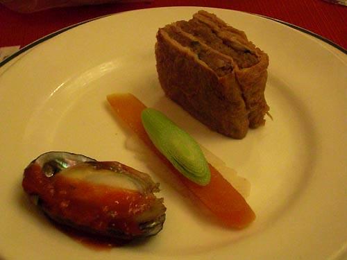 四喜碟-香烘魚子、黃金素鵝(豆皮香菇筍子,比想像中好吃~)、五味九孔