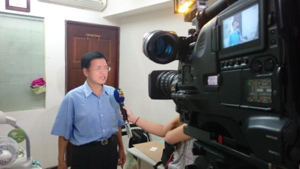 黃才昱被電視台採訪 有攝錄影機.jpg